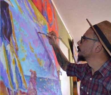 Con pintura en el pincel