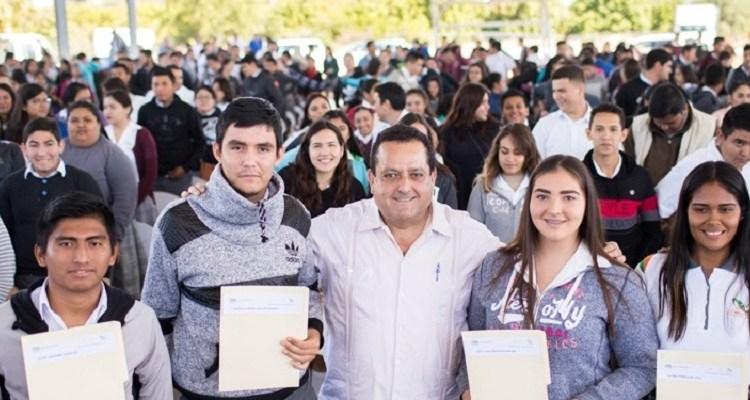 Gobierno estatal otorga más de tres mil becas para transporte a estudiantes