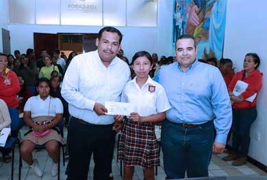 Beneficiados 803 estudiantes con el pago de Becas Municipales