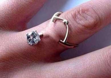 La última moda: piercings en los dedos