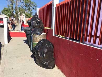 Sigue acumulándose la basura en el jardín de niños L. Pedrín
