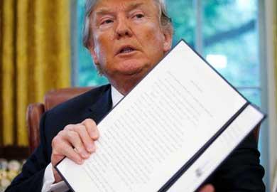 Frena Trump separación de familias migrantes