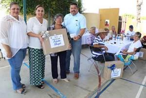 Vianey Núñez de De la Rosa, festejó a los adultos mayores de las delegaciones de Miraflores, Santiago y La Ribera