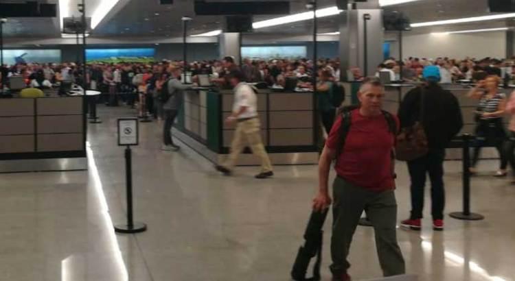 """Se quejan viajeros del """"descontrol"""" en el Aeropuerto de SJC"""