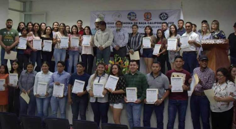 Reconoce UABCS a estudiantes destacados