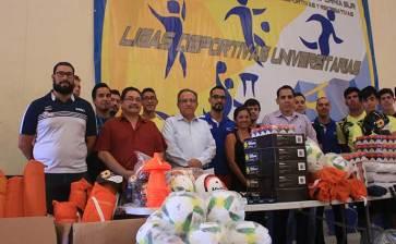 Reciben equipamiento deportistas de la UABCS