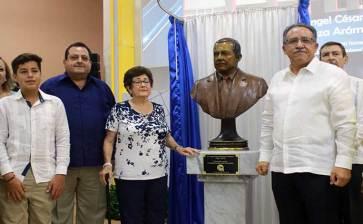 Develan en la UABCS busto de Ángel César Mendoza