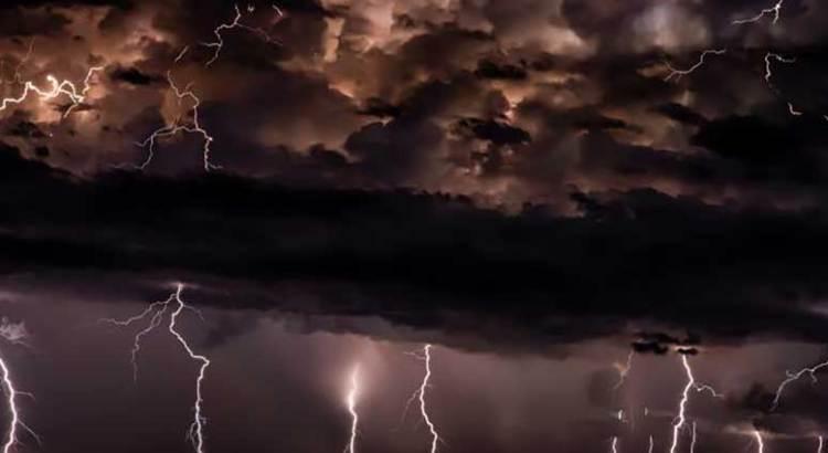 Aterra tormenta eléctrica a una ciudad