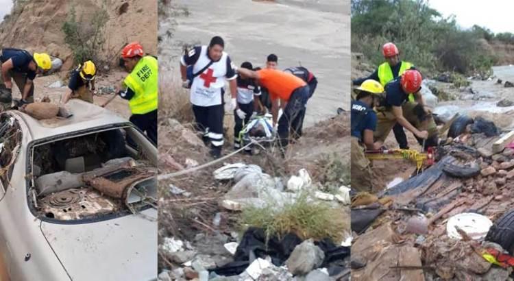 Rescatan bomberos a conductor arrastrado por el agua