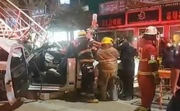 Se impactó vehículo contra puente peatonal