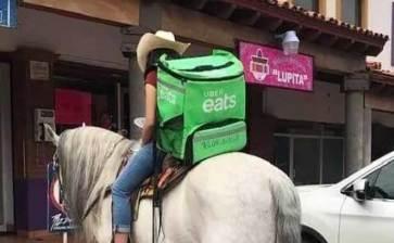 A caballo reparte la comida