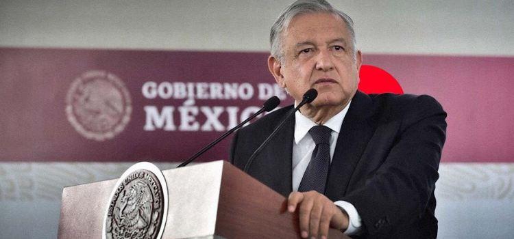 Premia AMLO con $500 millones en contratos a líder sindical