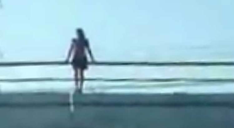 Intentó jovencita lanzarse de un puente