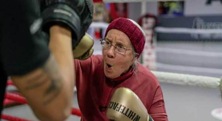 Enfrenta septuagenaria al Parkinson … con boxeo