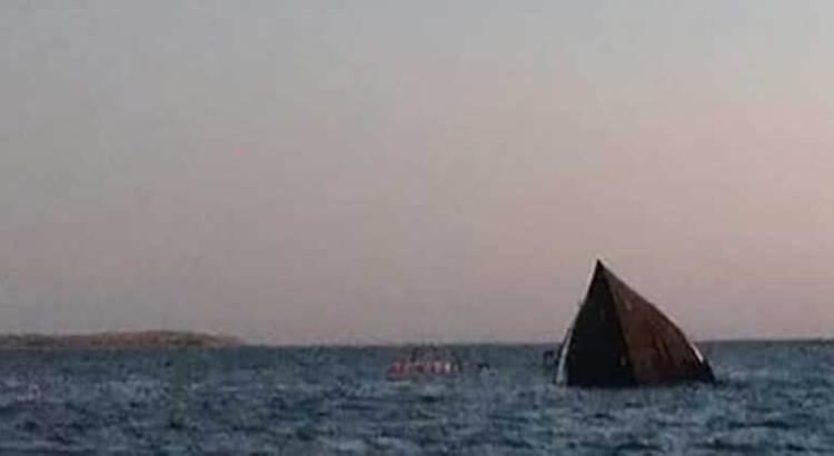 Chocan barco camaronero y nave de Baja Ferries