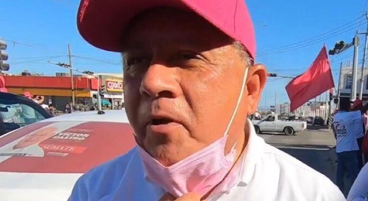 Obligan a taxistas a colocar calcas de Víctor Castro