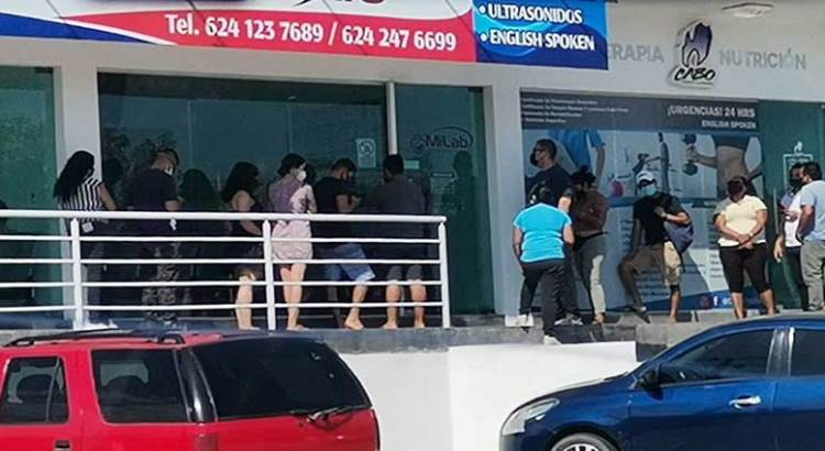 Largas filas en farmacias y consultorios cabeños