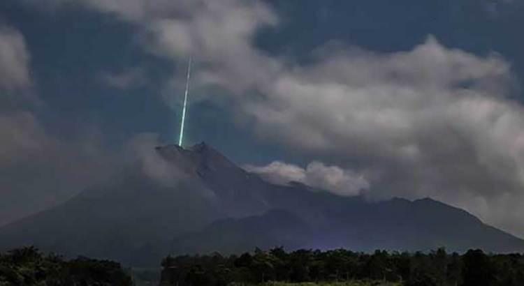 Impacta meteorito el cráter de un volcán