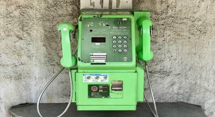 La novedad, teléfonos públicos dobles
