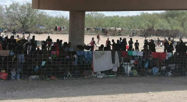 Esperan miles de migrantes haitianos en la frontera