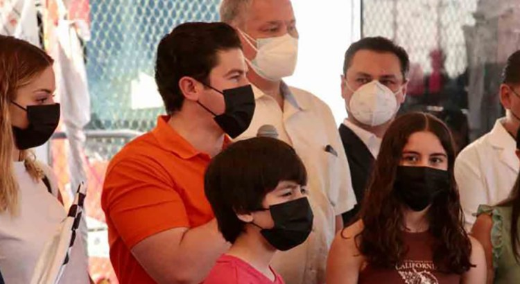 Vacunan en Texas a menores de Nuevo León
