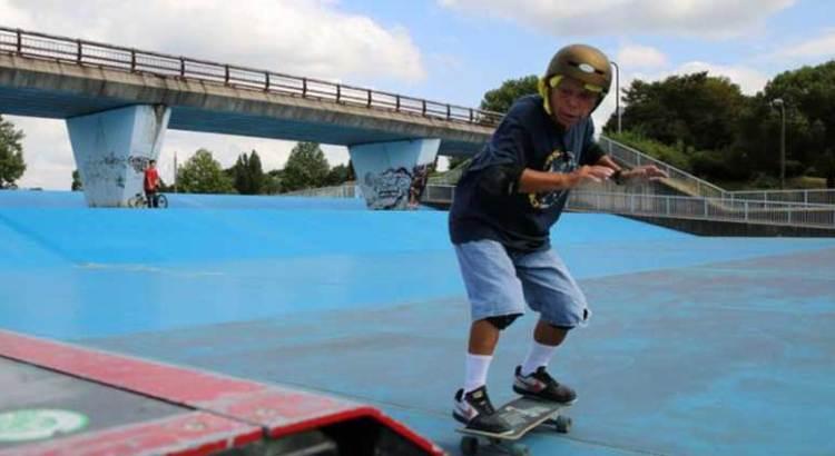 A sus 81 años es un experto en skateboarding