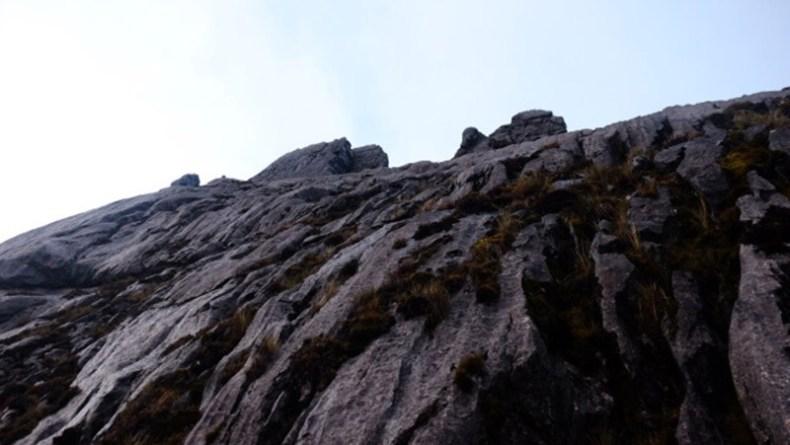 Tebing Menjulang yang Harus Dipanjat Sebelum Mencapai Summit Ridge