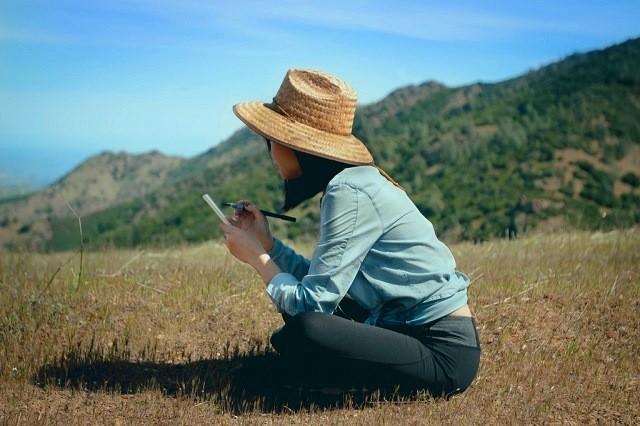 Menulis catatan perjalanan di alam terbuka, selain mencatat hal penting untuk konten, juga jadi sarana kontemplasi dan relaksasi