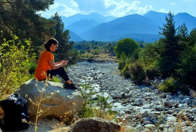 Travel blogger menulis online di alam terbuka