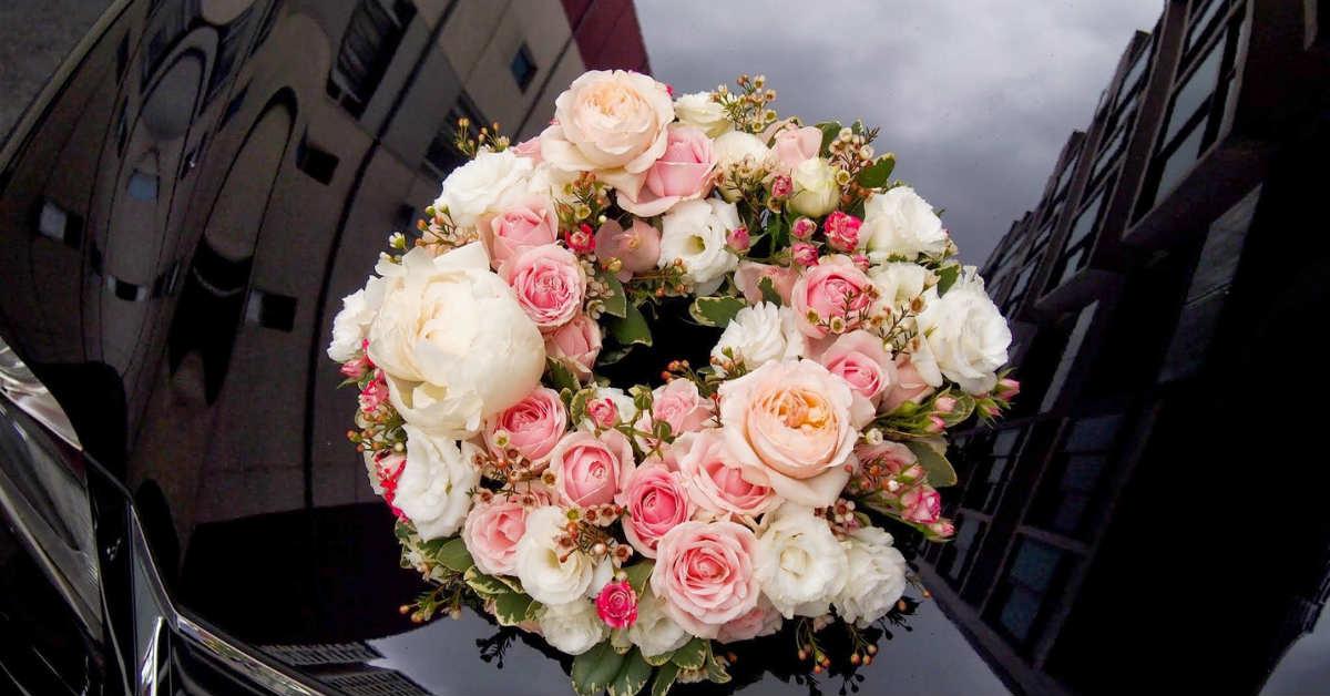 karangan bunga yang indah di bumper mobil