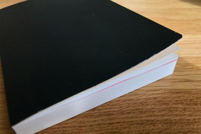 Pärmen buktar upp och boken stängs inte helt.