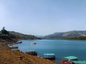 Touring Tapola Dam in Mahabaleshwar