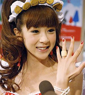 Aki Hoshino e o anel de salgadinho