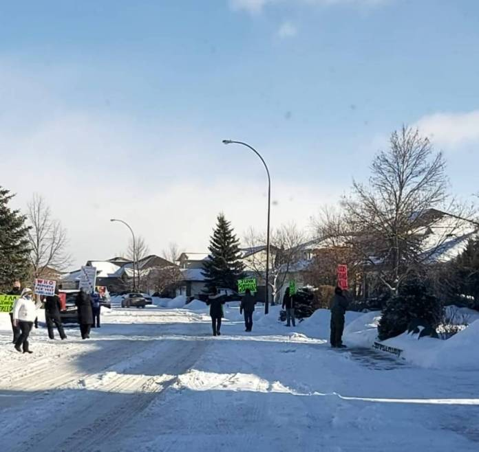 Click to play video: ''Idiots' protest at Saskatchewan chief medical health officer's home: Moe'