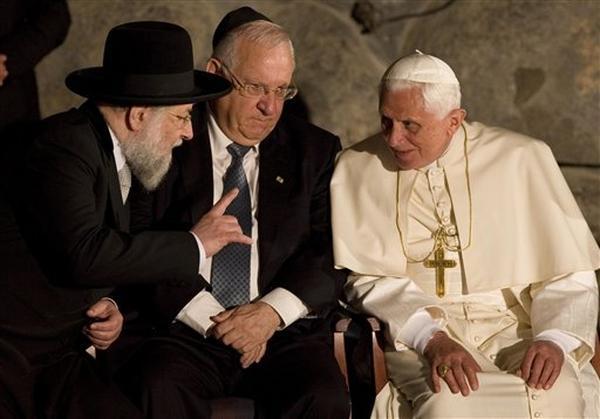 AP- Le pape en compagnie du rabbin Meir lau et du président de la Knesset.