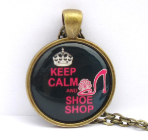 Collier Keep Calm and Shoe Shop, sur Etsy