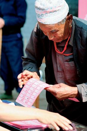 '마침내 새날을 연다.' 두 차례 연기된 끝에 네팔 유권자들이 제헌의회 구성을 위한 투표에 나섰다. 4월10일 수도 카트만두의 투표소에서 한 네팔 유권자가 각 정당의 기호가 그림으로 그려진 투표용지를 골똘히 들여다보고 있다. (Photo by Lee Yu Kyung)
