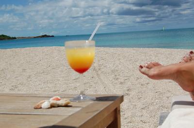 Fruity_drinks_on_an_antiguan_beach