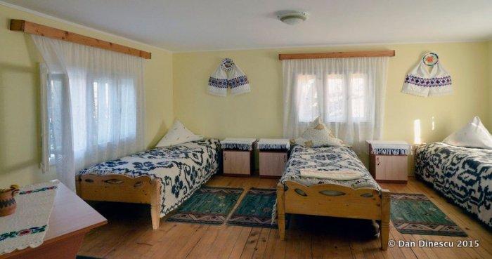 camera cu trei paturi
