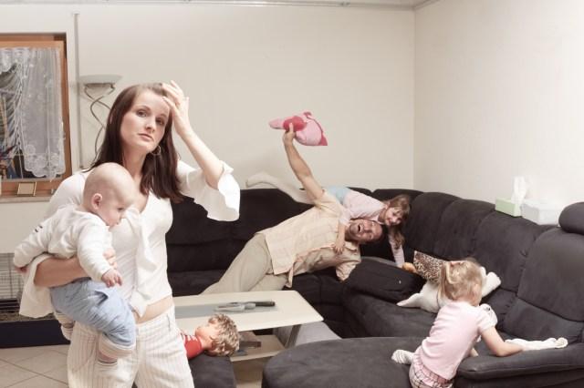 Mor, far og barn herjer i stuen.
