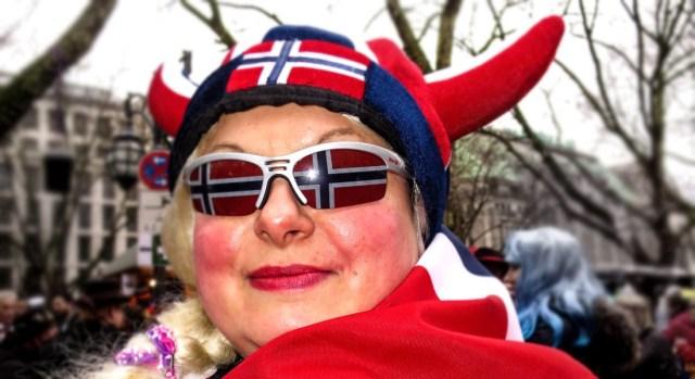 """Person med norsk """"vikinglue"""" og briller med norske flagg på linsene"""