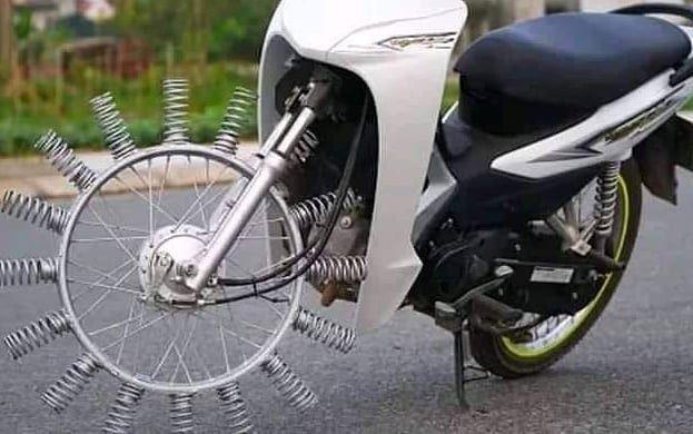 Modifikasi Aneh, Ban Karet Motor Ini Diganti Dengan Per