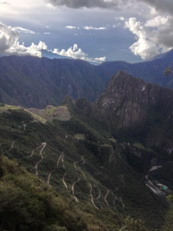 Змейка на склоне - это дорога из Aquas Calientes в Machu Picchu.