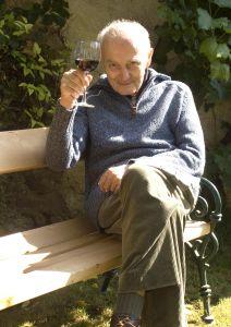starac muški nazdravlja