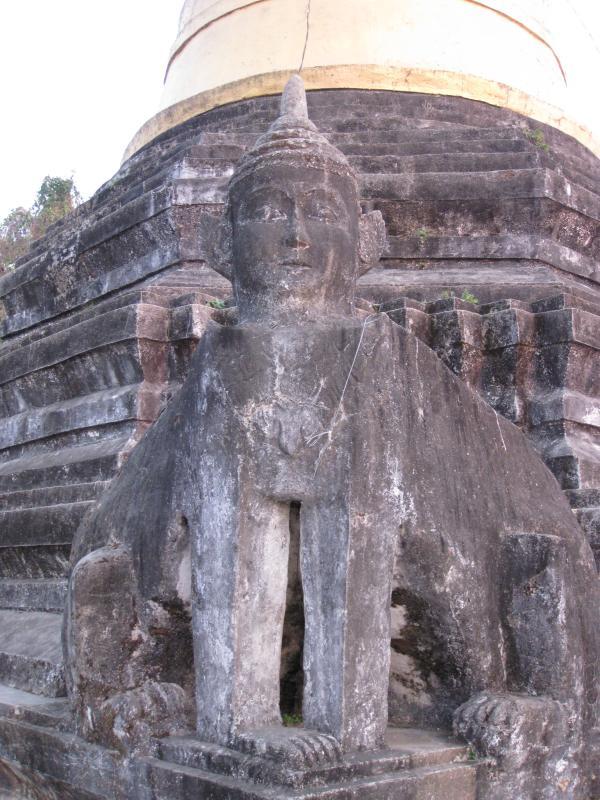 le stupa est bien gardé