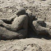 Οι εικαστικές συναντήσεις με την άμμο της Δήμητρας Λαμπρέτσα