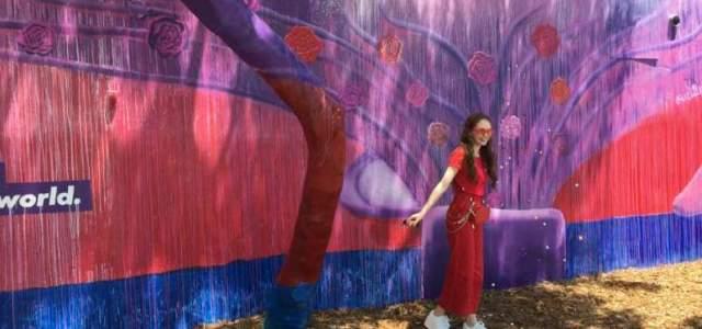 Η Autumn de Forest εκθέτει τα έργα της και στηρίζει τα παιδιά με προβλήματα όρασης