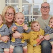 Ζευγάρι απέκτησε τρίδυμα στα 40, μετά από πολλές προσπάθειες εξωσωματικής γονιμοποίησης