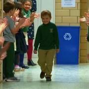 6χρονος νίκησε τον καρκίνο και όλο το σχολείο τον υποδέχτηκε με χειροκροτήματα