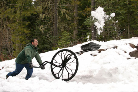 https://i2.wp.com/peoplepoweredmachines.com/wovel/_img/Wovel-Throwing-Snow-Lg.jpg